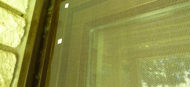 Fixation de moustiquaire avec éléments magnétiques
