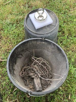Enlèvement magnétique d'un morceau de métal des cendres
