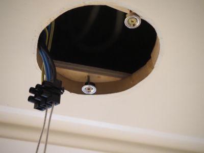 installation de projecteurs LED avec anneaux adaptateurs et anneaux magnétiques