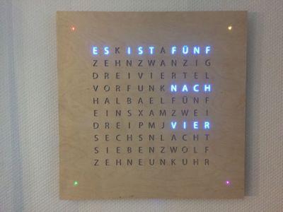 L'horologe LED avec les mots