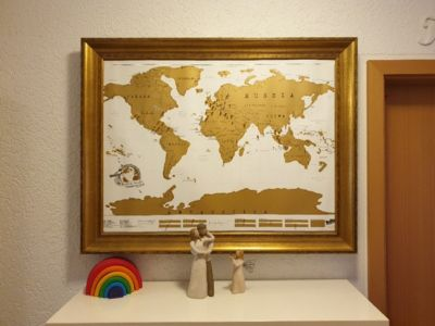Carte de voyage - babillard avec une carte du monde de bricolage sans l'aide de clous