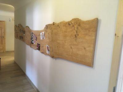 Mur de photos réalisé à partir d'une planche de bois ancienne
