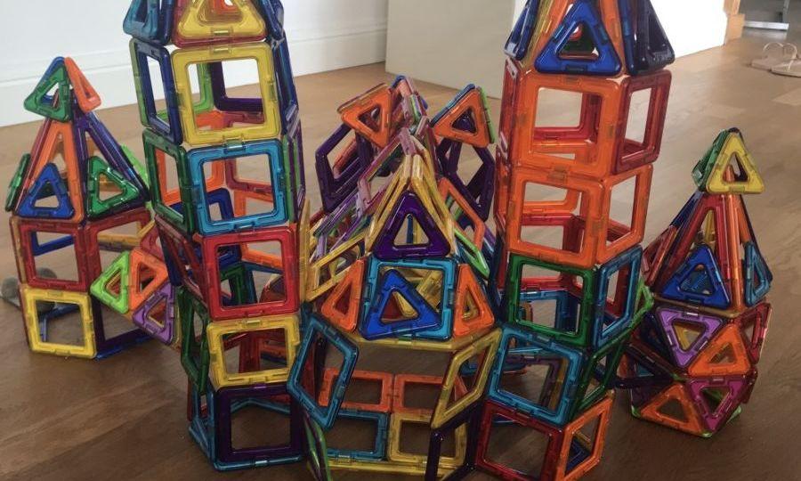 Création artistique des magformers: château avec chapelle