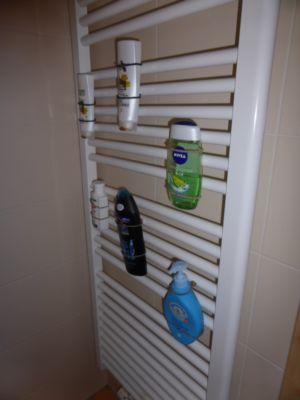 Chaos des bouteilles sur le receveur de douche, retirées magnétiquement